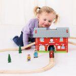 Najboljše darilo za najmlajše so lesene železnice